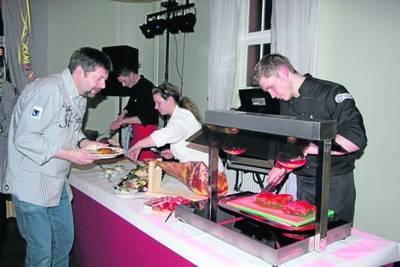 Kulinarisch wurden die Gäste mit einem kalt/warmen Büfett verwöhnt. Vor allem die reichhaltige Auswahl lobten die Silvestergäste. Foto: gk